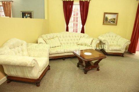 Белый классический диван из массива натурального дерева. Румыния