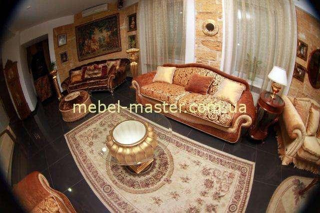 Дорогой классический раскладной диван оранжевого цвета