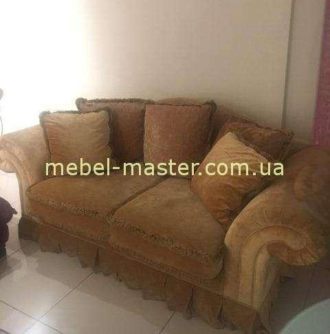 Классический коричневый диван двухместный в велюре.