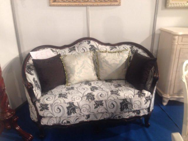 Классический аккуратный диванчик для гостиной Фушида
