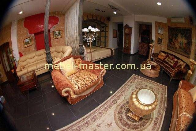 Кресло к классическому дивану оранжевого цвета
