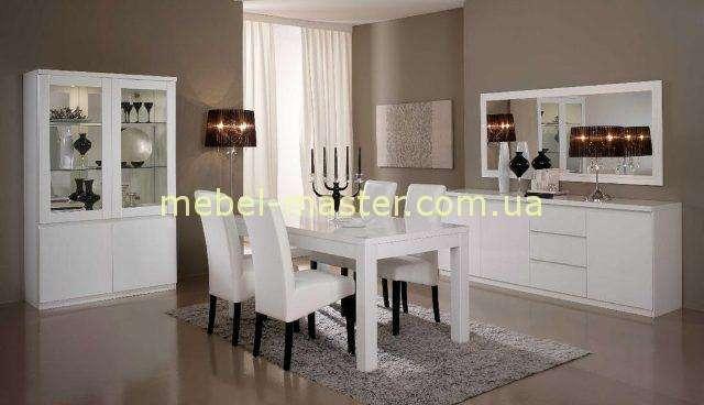 Белый обеденный стол со стульями. Гостиная Рома.