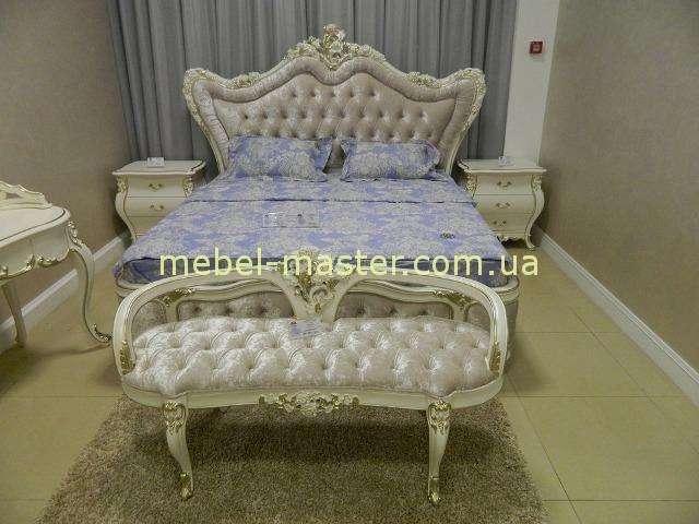 Белая резная кровать Шампань  в интерьер барокко.