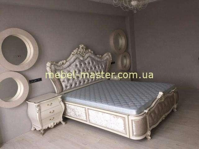 Белая кровать 1800 Шампань в интерьер в стиле барокко.