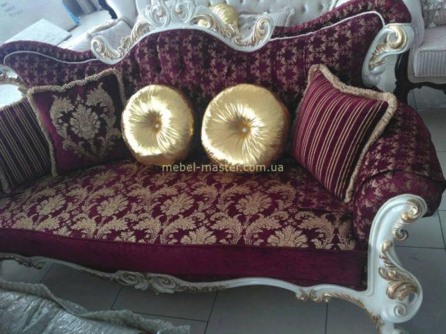 Недорогой бордовый диван и кресла Лара с золотыми вензелями.