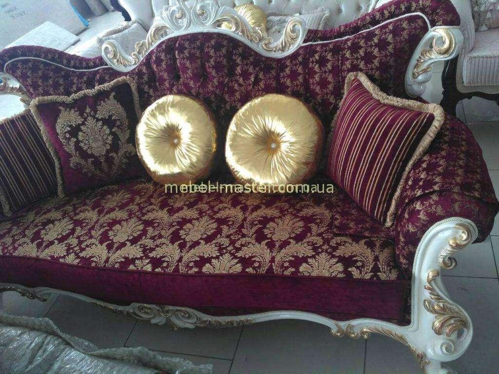 Бордовый диван и кресла Лара с золотыми вензелями.