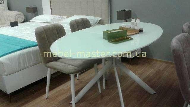Белый стол на фигурных ногах в разложенном виде.