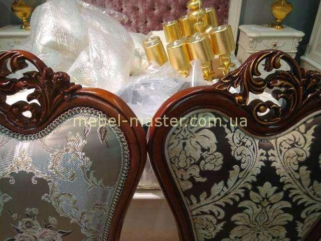 Золотая корона на стуле C05,