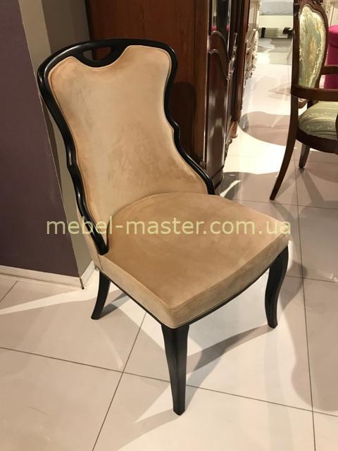Классический стул к обеденному столу из натурального дерева.